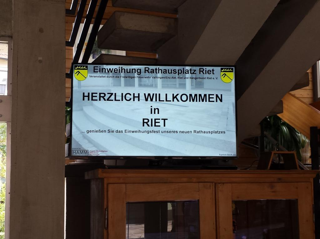 Digitaler_Werbemonitor_Einweihung_Rathausplatz_Riet_1