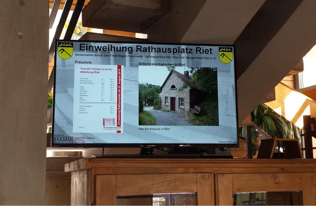 Digitaler_Werbemonitor_Einweihung_Rathausplatz_Riet_2